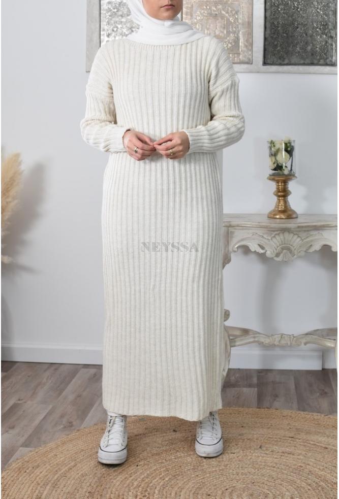 Long woollen dress for veiled woman